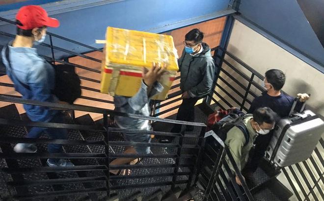 Hành khách thở dốc, vã mồ hôi hột khi vác hành lý 4 tầng để đón xe công nghệ tại Tân Sơn Nhất