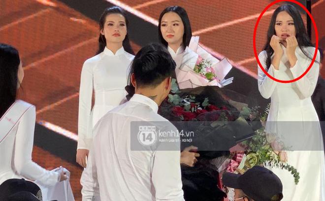Biểu cảm 'ơ mây zing' của gái đẹp khi chứng kiến Đoàn Văn Hậu lên thẳng sân khấu tặng hoa cho Doãn Hải My