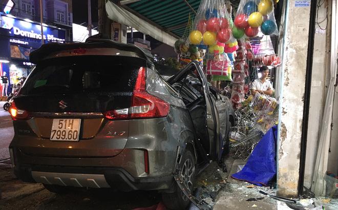 """Ô tô """"điên"""" tông nhiều xe máy trên đường phố Sài Gòn rồi lao vào nhà dân"""