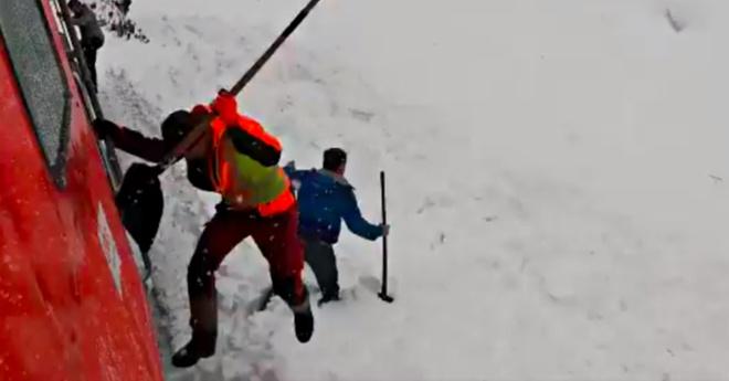 Đoàn tàu rú còi inh ỏi rồi dừng lại, nhân viên lao xuống hối hả cào tuyết và làm nên điều diệu kỳ - Ảnh 1.