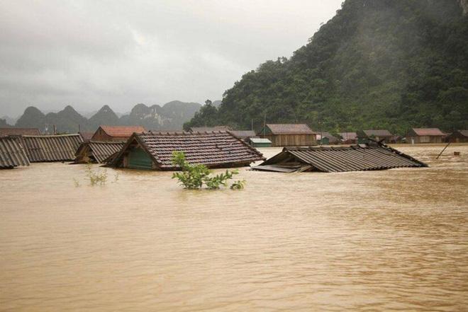 """""""Bỏ nhà"""" đi cứu nhau - tình người tỏa sáng trong mưa lũ miền Trung - Ảnh 1."""