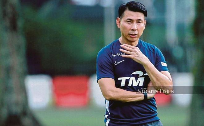 Sau vụ ồn ào về VL World Cup, đối thủ của Việt Nam có động thái bất ngờ với HLV trưởng