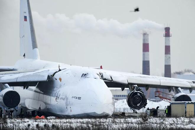 24h qua ảnh: Máy bay vận tải khổng lồ trượt trên đường băng - Ảnh 2.