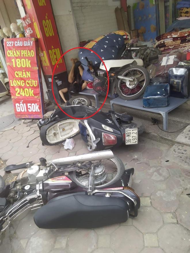 Chạy xe máy lao thẳng vào cửa hàng bên đường, chàng trai nằm ngủ luôn tại chỗ bất chấp mọi tiếng ồn - Ảnh 1.