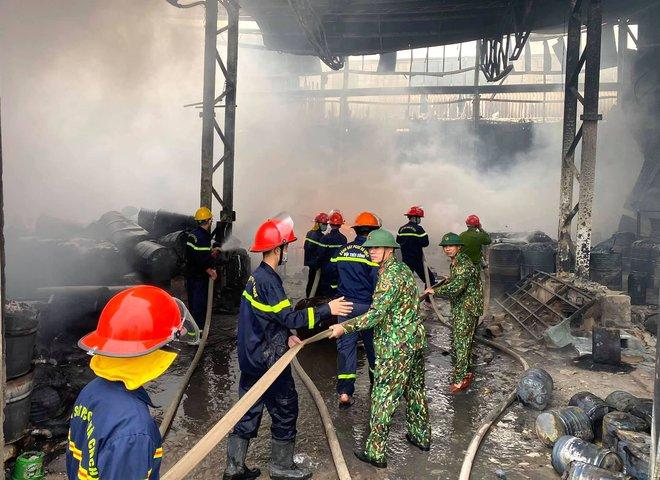 Cháy dữ dội ở kho sơn và hóa chất, khói lửa bốc cao hàng chục mét - Ảnh 3.