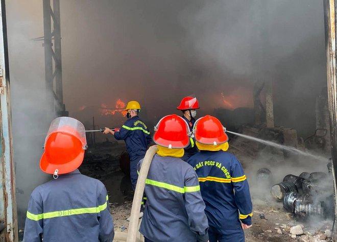 Cháy dữ dội ở kho sơn và hóa chất, khói lửa bốc cao hàng chục mét - Ảnh 5.