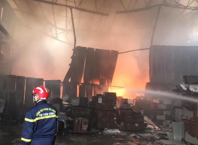 Cháy dữ dội ở kho sơn và hóa chất, khói lửa bốc cao hàng chục mét - Ảnh 7.