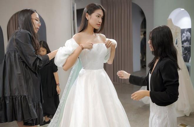 Tránh nhắc đến Đoàn Văn Hậu, Doãn Hải My lại gây chú ý với loạt ảnh diện váy cưới sexy - Ảnh 7.