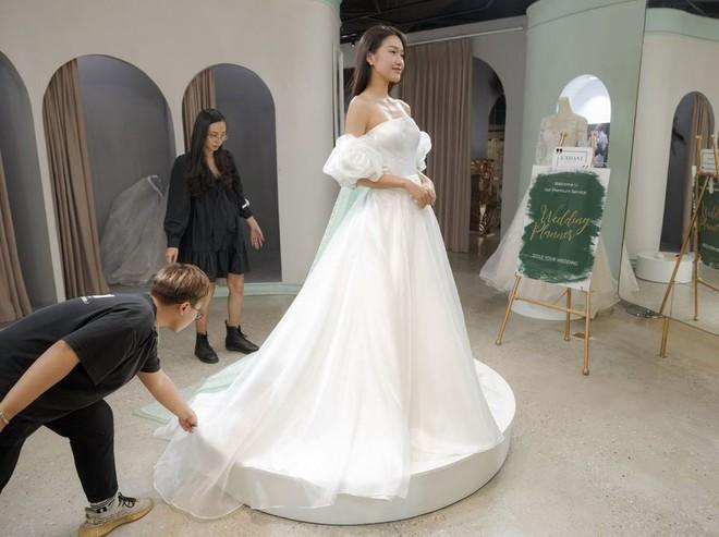 Tránh nhắc đến Đoàn Văn Hậu, Doãn Hải My lại gây chú ý với loạt ảnh diện váy cưới sexy - Ảnh 5.