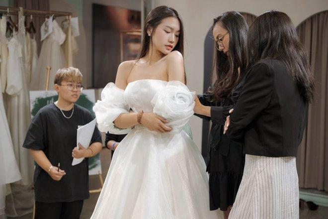 Tránh nhắc đến Đoàn Văn Hậu, Doãn Hải My lại gây chú ý với loạt ảnh diện váy cưới sexy - Ảnh 4.