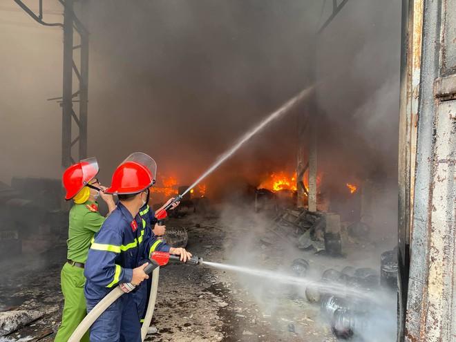 Cháy dữ dội ở kho sơn và hóa chất, khói lửa bốc cao hàng chục mét - Ảnh 4.