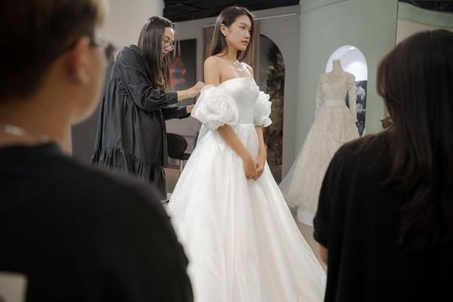 Tránh nhắc đến Đoàn Văn Hậu, Doãn Hải My lại gây chú ý với loạt ảnh diện váy cưới sexy - Ảnh 3.