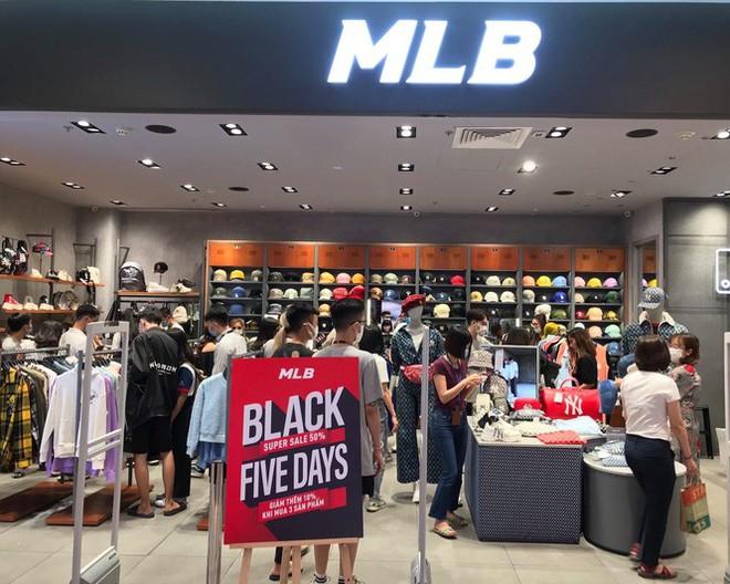 Nhiều cửa hiệu tưng bừng tung sale 'khủng' dịp Black Friday - Ảnh 1.