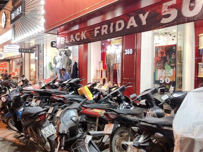 Nhiều cửa hiệu tưng bừng tung sale 'khủng' dịp Black Friday - Ảnh 2.