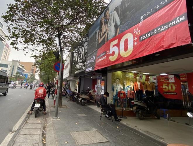 Nhiều cửa hiệu tưng bừng tung sale 'khủng' dịp Black Friday - Ảnh 3.