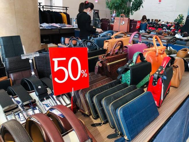 Nhiều cửa hiệu tưng bừng tung sale 'khủng' dịp Black Friday - Ảnh 4.