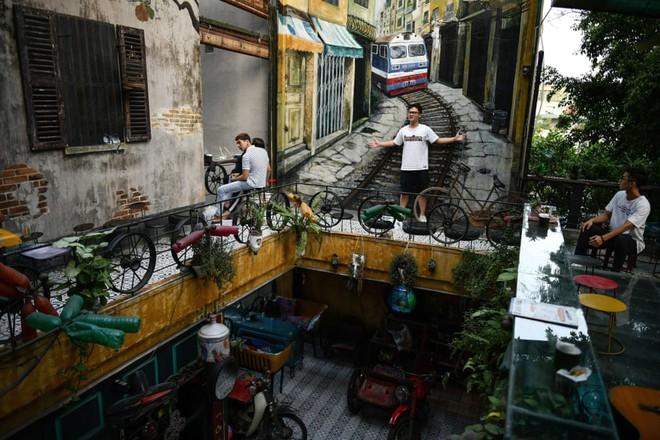24h qua ảnh: Khách chụp ảnh trong quán cà phê đồ tái chế ở Hà Nội - Ảnh 4.