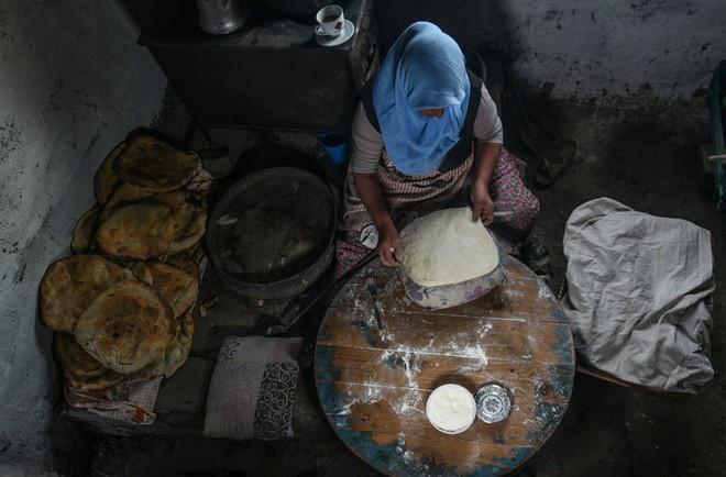 24h qua ảnh: Khách chụp ảnh trong quán cà phê đồ tái chế ở Hà Nội - Ảnh 6.