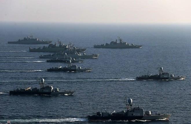 Mỹ-Israel định khai hỏa, 1.000 tàu chiến Iran lên đạn, vây kín eo Hormuz: Giờ G sắp điểm? - Ảnh 1.