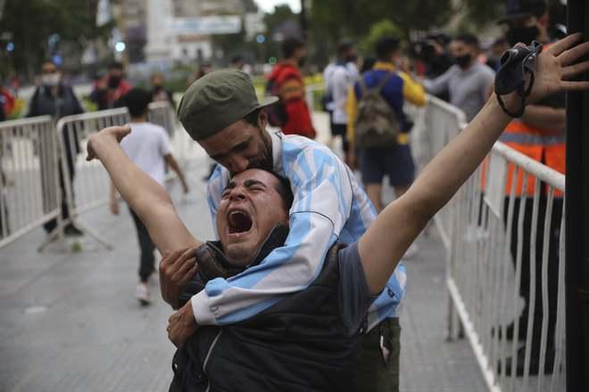 """24h qua ảnh: Người hâm mộ tiếc thương """"Cậu bé vàng"""" Maradona - Ảnh 3."""