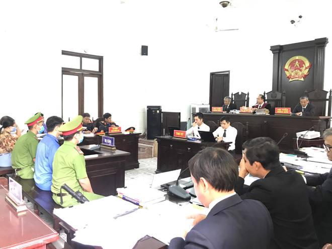 Nóng ở phiên xử vụ bác sĩ hiếp dâm nữ điều dưỡng: Luật sư đề nghị tạm trả tự do cho cựu bác sĩ - Ảnh 1.