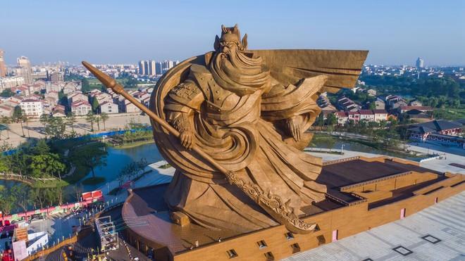 TQ tranh cãi nảy lửa về bức tượng khổng lồ mọc lên ở vùng sâu: Dân chê lãng phí, quan chức nói có lợi - Ảnh 1.