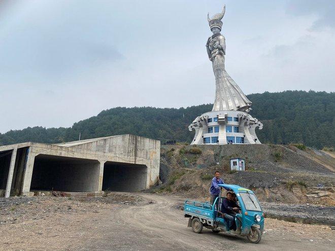 TQ tranh cãi nảy lửa về bức tượng khổng lồ mọc lên ở vùng sâu: Dân chê lãng phí, quan chức nói có lợi - Ảnh 2.