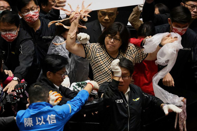 Hỗn chiến... lòng heo giữa các nhà lập pháp Đài Loan - ảnh 1