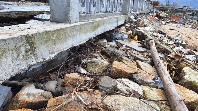 Đường đi bộ hơn 170 tỷ ven đầm ở Lăng Cô tan nát như gặp động đất - Ảnh 12.