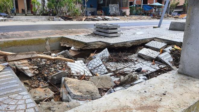 Đường đi bộ hơn 170 tỷ ven đầm ở Lăng Cô tan nát như gặp động đất - Ảnh 13.