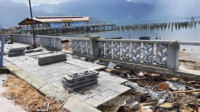 Đường đi bộ hơn 170 tỷ ven đầm ở Lăng Cô tan nát như gặp động đất - Ảnh 14.