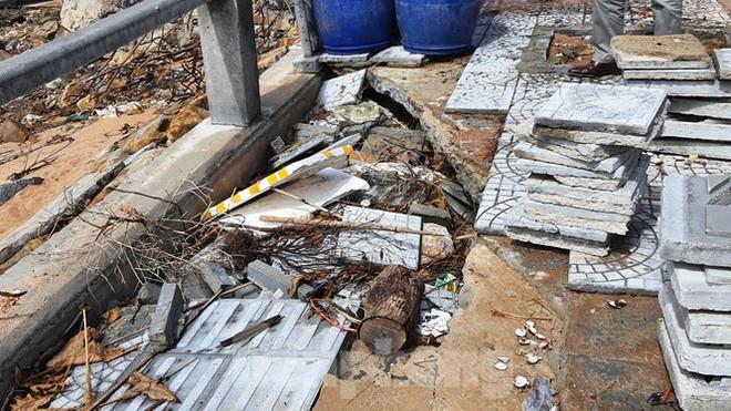 Đường đi bộ hơn 170 tỷ ven đầm ở Lăng Cô tan nát như gặp động đất - Ảnh 17.