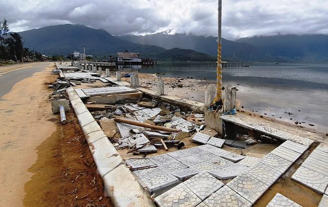 Đường đi bộ hơn 170 tỷ ven đầm ở Lăng Cô tan nát như gặp động đất - Ảnh 3.