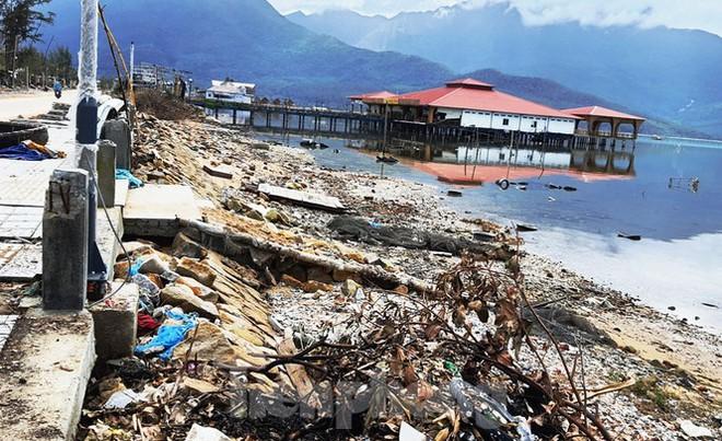 Đường đi bộ hơn 170 tỷ ven đầm ở Lăng Cô tan nát như gặp động đất - Ảnh 4.