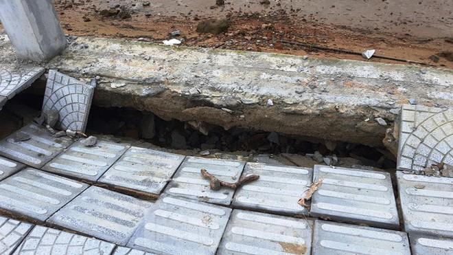 Đường đi bộ hơn 170 tỷ ven đầm ở Lăng Cô tan nát như gặp động đất - Ảnh 7.