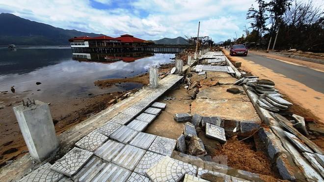 Đường đi bộ hơn 170 tỷ ven đầm ở Lăng Cô tan nát như gặp động đất - Ảnh 9.