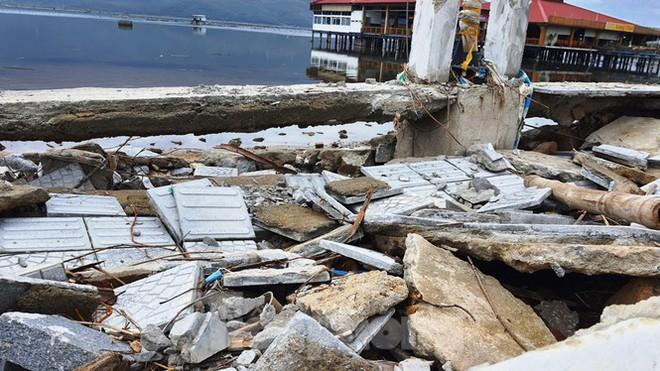 Đường đi bộ hơn 170 tỷ ven đầm ở Lăng Cô tan nát như gặp động đất - Ảnh 10.