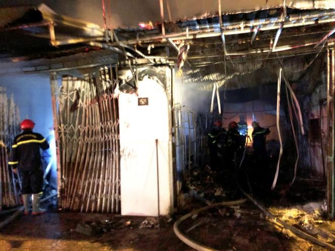4 người bên trong căn nhà bốc cháy dữ dội lúc rạng sáng - Ảnh 2.