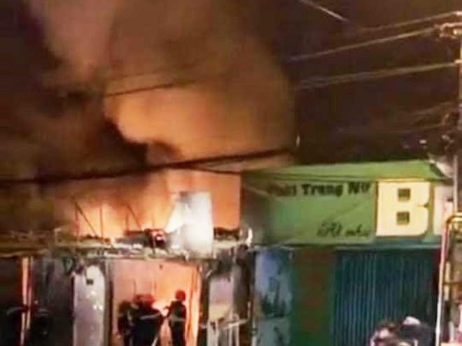 4 người bên trong căn nhà bốc cháy dữ dội lúc rạng sáng - Ảnh 1.