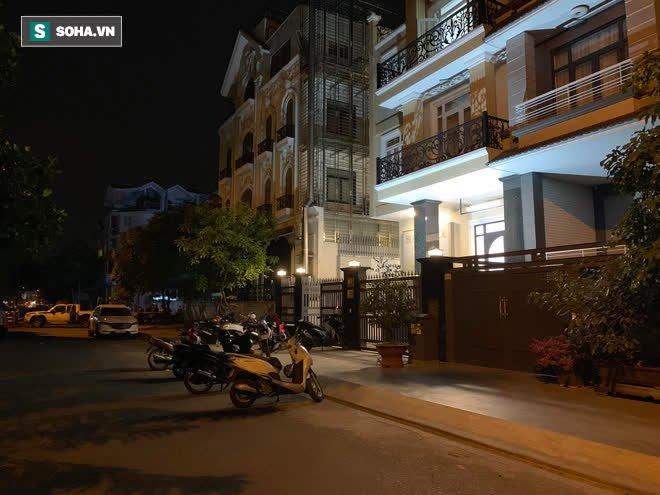 [Ảnh] Công an phong toả nhiều giờ, khám nghiệm hiện trường vụ thi thể người trong vali ở Sài Gòn - Ảnh 11.