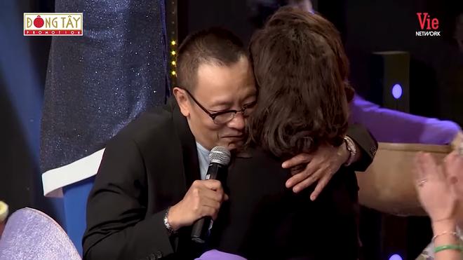 MC Lại Văn Sâm xúc động ôm chặt thần tượng của mình khi lần đầu được gặp - Ảnh 2.