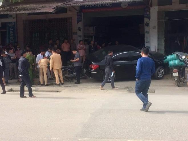 Thái Nguyên: Ô tô con phóng nhanh, tông người đi xe máy văng lên mái nhà, 2 người tử vong - Ảnh 2.