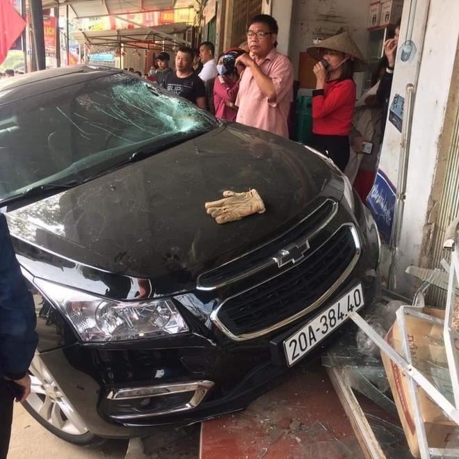 Tai nạn kinh hoàng hất văng nạn nhân lên mái nhà ở Thái Nguyên: Tài xế mượn xe, đi ăn tiệc về - Ảnh 1.