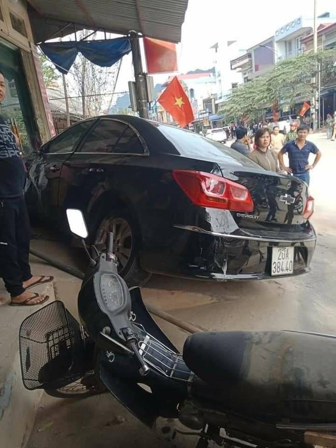 Thái Nguyên: Ô tô con phóng nhanh, tông người đi xe máy văng lên mái nhà, 2 người tử vong - Ảnh 4.