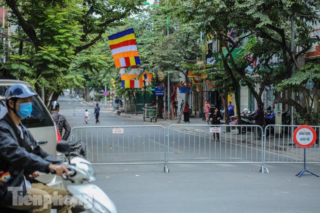 Rào chắn tứ phía cả khu phố Hà Nội vì phát hiện bom chưa nổ - Ảnh 3.