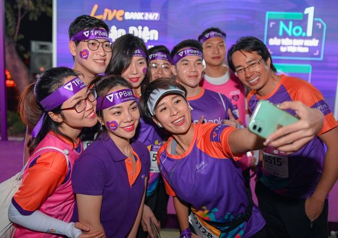 Dàn trai xinh gái đẹp đổ bộ giải chạy đêm lớn nhất tại Hà Nội - Ảnh 1.