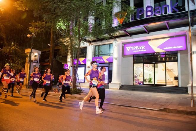 Dàn trai xinh gái đẹp đổ bộ giải chạy đêm lớn nhất tại Hà Nội - Ảnh 4.