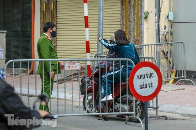 Rào chắn tứ phía cả khu phố Hà Nội vì phát hiện bom chưa nổ - Ảnh 12.