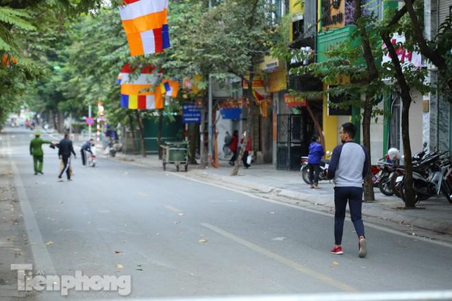 Rào chắn tứ phía cả khu phố Hà Nội vì phát hiện bom chưa nổ - Ảnh 6.