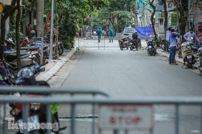 Rào chắn tứ phía cả khu phố Hà Nội vì phát hiện bom chưa nổ - Ảnh 7.